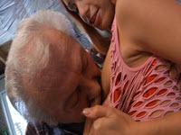 Llena su boca con la corrida de su abuelo