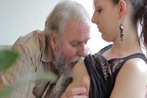 Su anciano padre folla con su chica