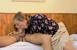 Chico folla a su anciana madre
