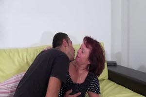 Se corre en las tetas de su madre
