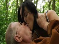 69 con su abuelo en el bosque