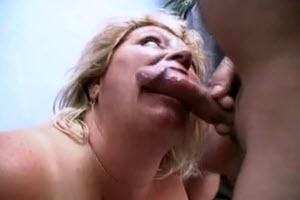 Gorda madura recibe los dedos de su hijo en su coño