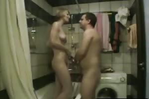 Una ducha para esta rubia incestuosa y caliente