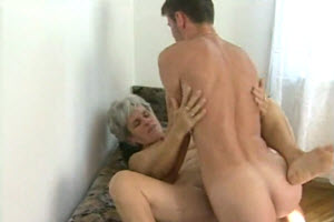 Jovencito folla a su abuela