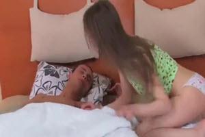 Ella despierta a su hermano con una mamada