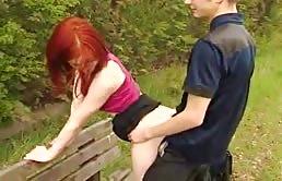 Folla a su hermana pelirroja en el parque