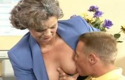 Maestra madura cachonda seduce a su nieto