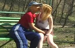 Dos hermanas tienen sexo en el parque