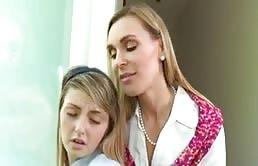 Rubia madura bisexual muestra sus habilidades a su sobrina