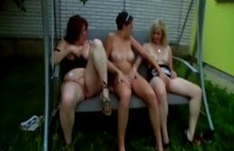 Madre e hijas se masturban al aire libre
