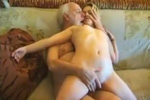Pervertido abuelo folla a su nieta