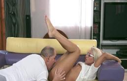 Chica con gafas folla con su padre