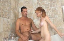 Incesto padre e hija en la tina de baño