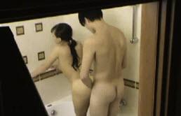 Su hermano le da duras penetraciones de espalda en el baño