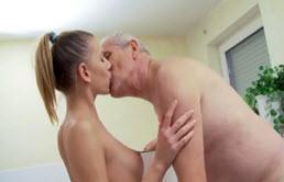 Abuelo folla a su linda nieta